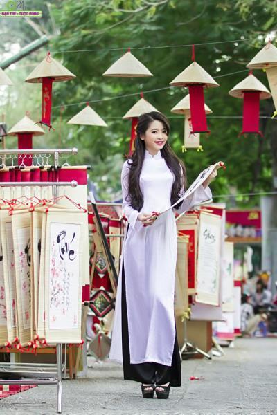 Thiếu nữ Sài Gòn khoe sắc giữa phố xuân